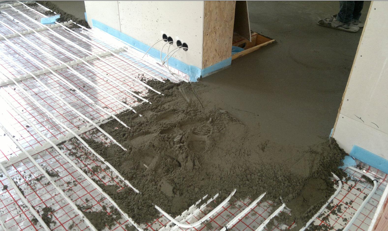 Теплый бетонный пол видео - Теплый водяной пол своими руками - монтаж в квартире
