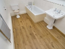 Влагостойкий деревянный пол в ванной комнате
